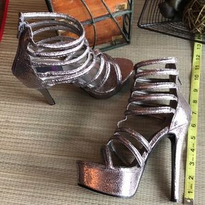 Shoes - New Cleopatra 6.5 silver Strappy platform heels 💕